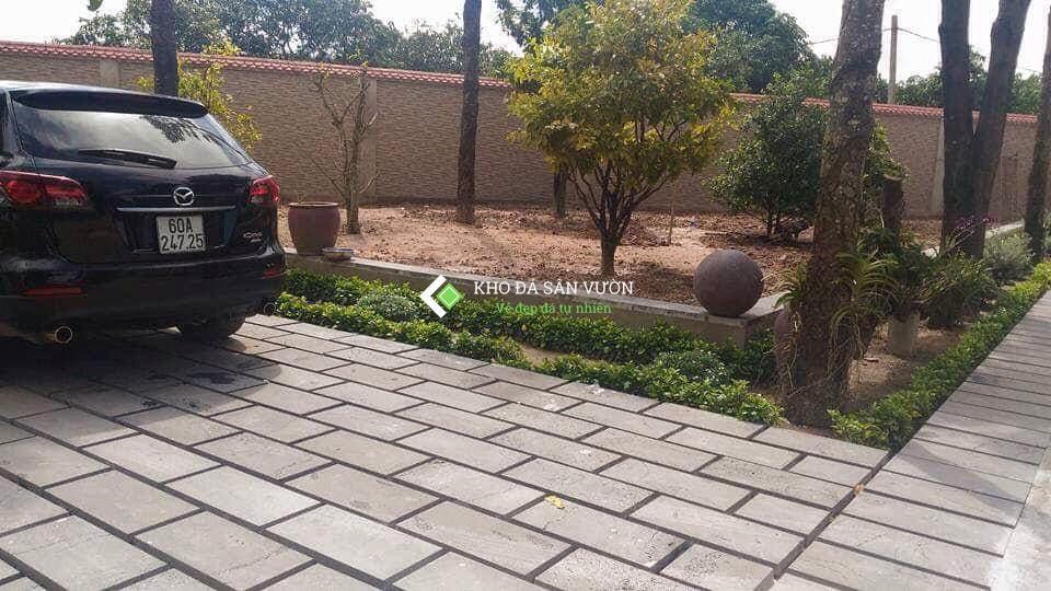 Đá ong xám lát sân thường được xẻ từ khối đá ít lỗ để tăng độ chịu lực giúp xe ô tô đi lại thoải mái