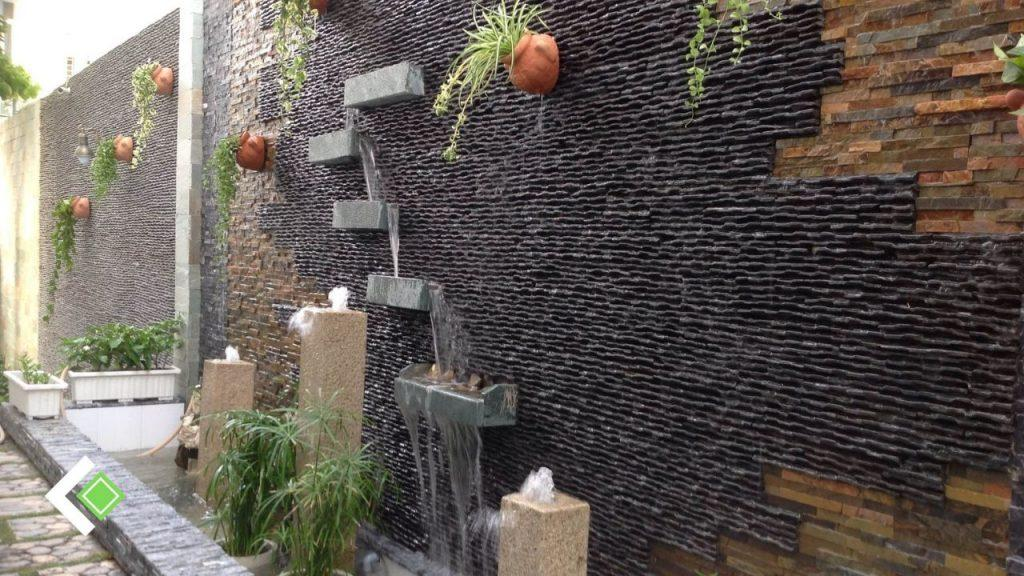 Đá suối quy cách rất cứng và ít hút nước nên không bị đóng rong rêu, bề mặt đá mạnh mẽ, nên sử dụng được cả trong nhà lẫn ngoài trời.