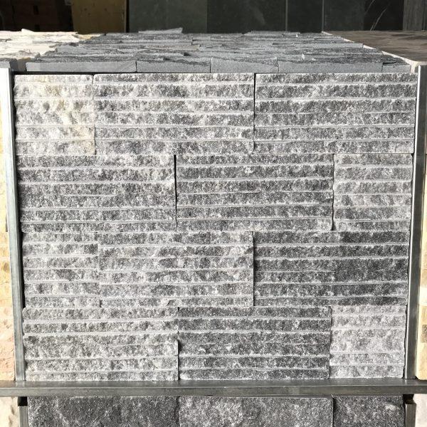 Đá chẻ hiện là loại đá ốp trang trí được ứng dụng rộng rãi nhất. Loại đá này có đặc tính cứng, chịu nhiệt chịu lực tốt và gần như không hút nước nên không bị đóng rêu bề mặt, thích hợp để sử dụng ngoài trời.