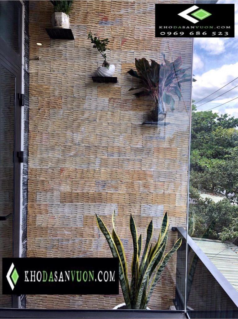 Đá răng lược vàng là sản phẩm hoàn toàn bằng đá tự nhiên, bề mặt đá mạnh mẽ, nên sử dụng được cả trong nhà lẫn ngoài trời. Sử dụng đá răng lược vàng ốp tường, thác nước, tranh đá, trang trí tiểu cảnh, sân vườn…
