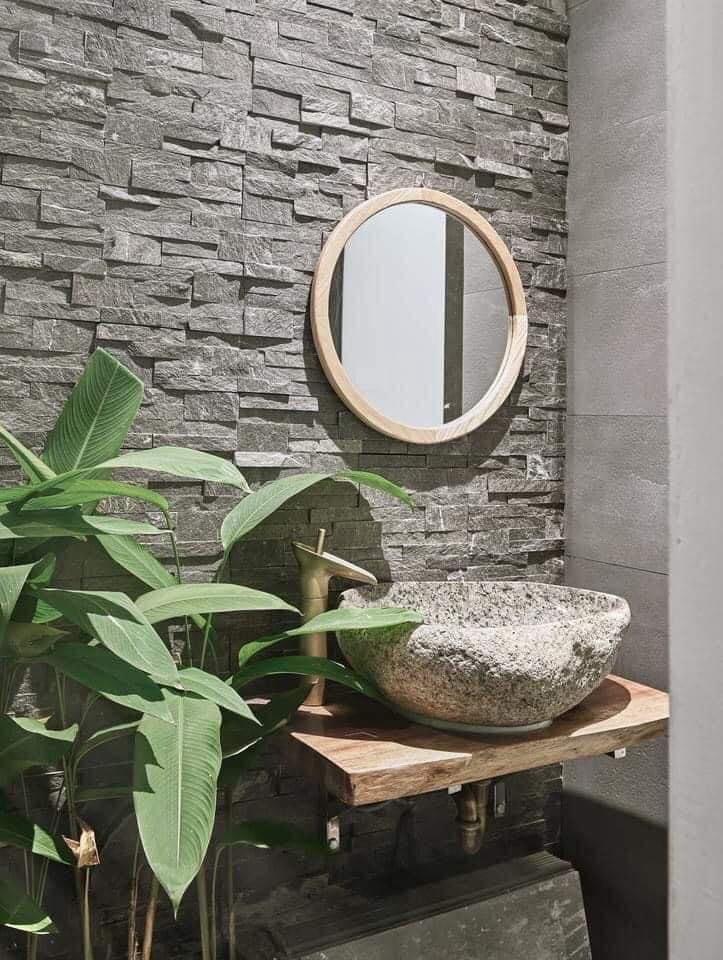 Đá ghép slate sử dụng trong khu vực phòng tắm cùng chậu cuội tự nhiên.