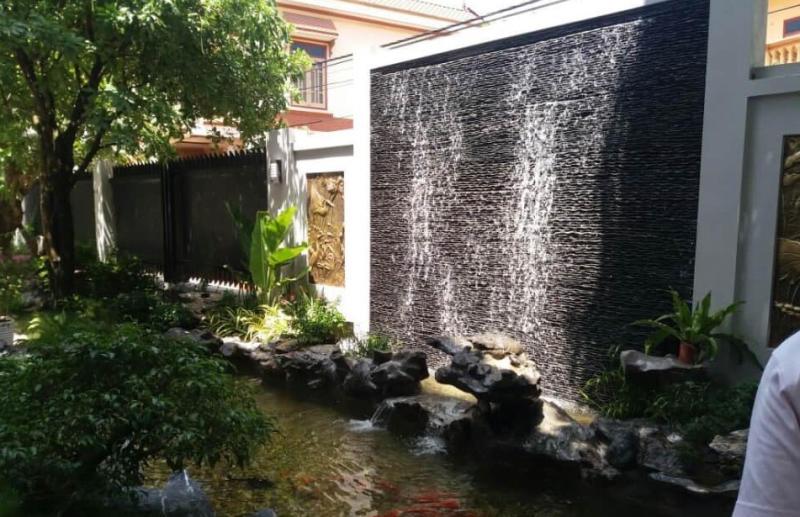 Thác nước chảy luôn luôn sử dụng đá suối giúp cho dòng chảy của nước trở nên tự nhiên và bắt mắt hơn.