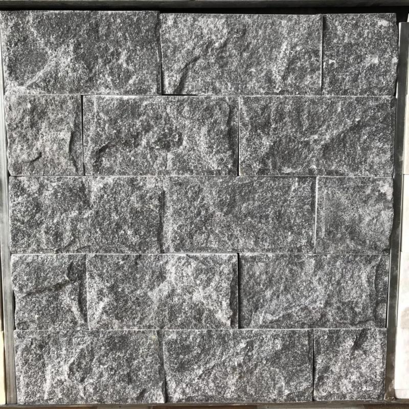 Màu sắc thực tế nhất đá bóc đen là màu đen ghi có ánh kim khi trời nắng.