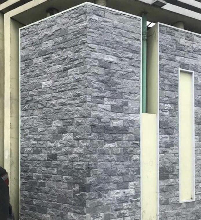Đá bóc đen ốp cổng chào và tường bao.