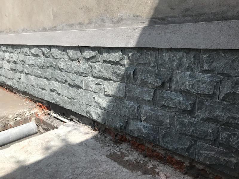 Đá bóc xanh ốp chân tường xunh quanh nhà.