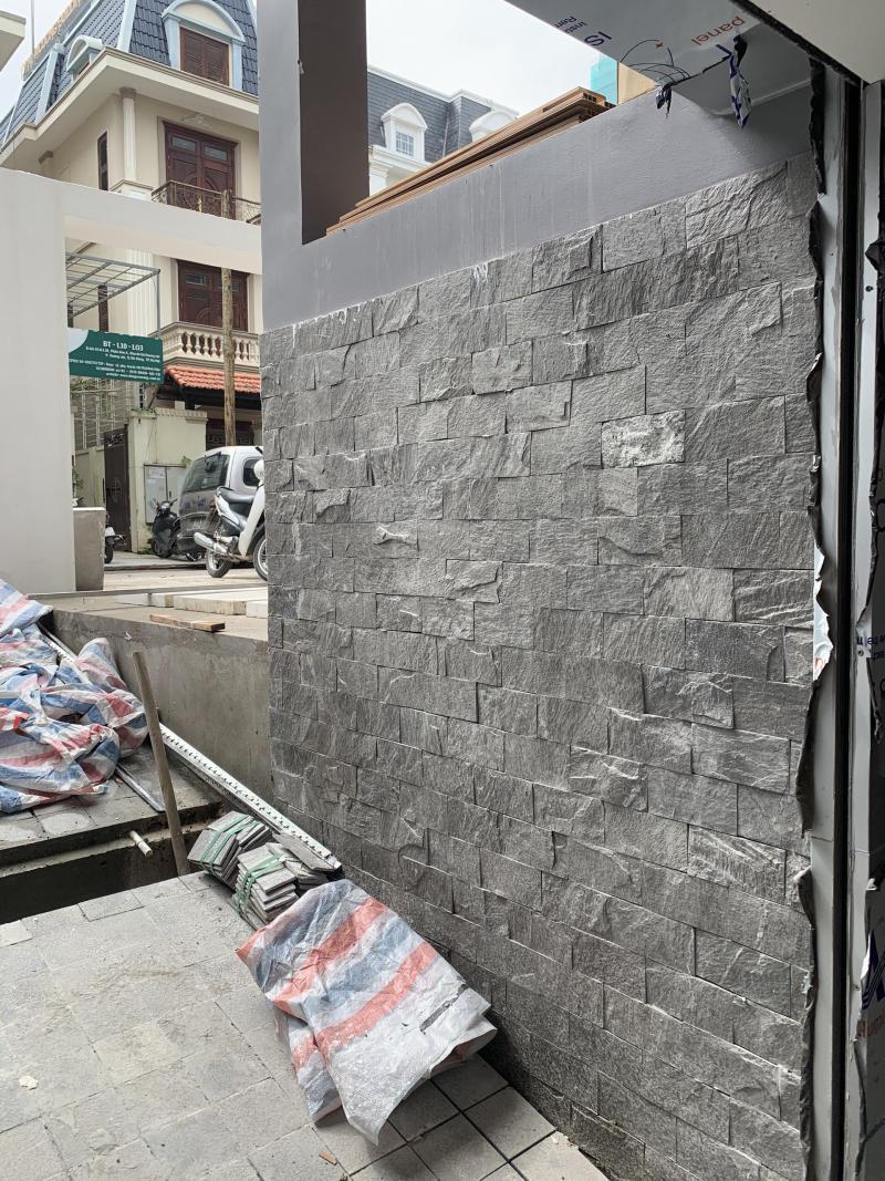 Đá slate 10x20 ốp mảng tường lối vào gara ô tô.