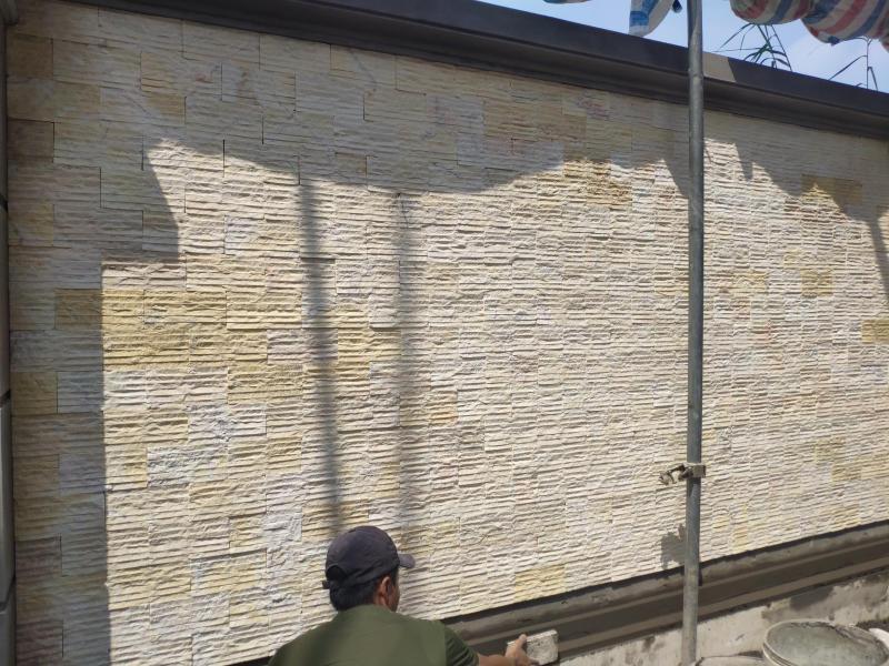 Đá chẻ vàng tự nhiên trang trí tường bao.