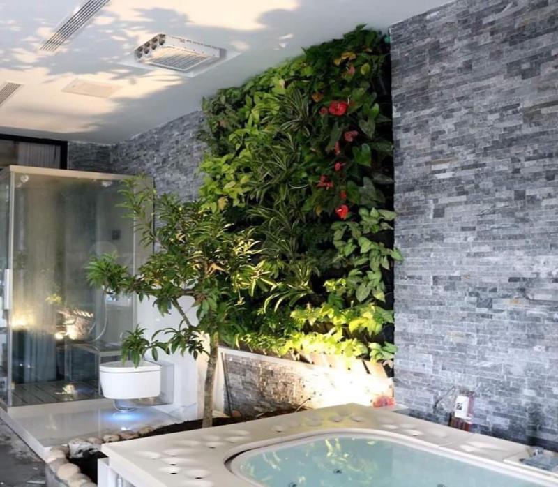 Đá tự nhiên ghép đen ốp tường nhà tắm kết hợp cùng vườn đứng.