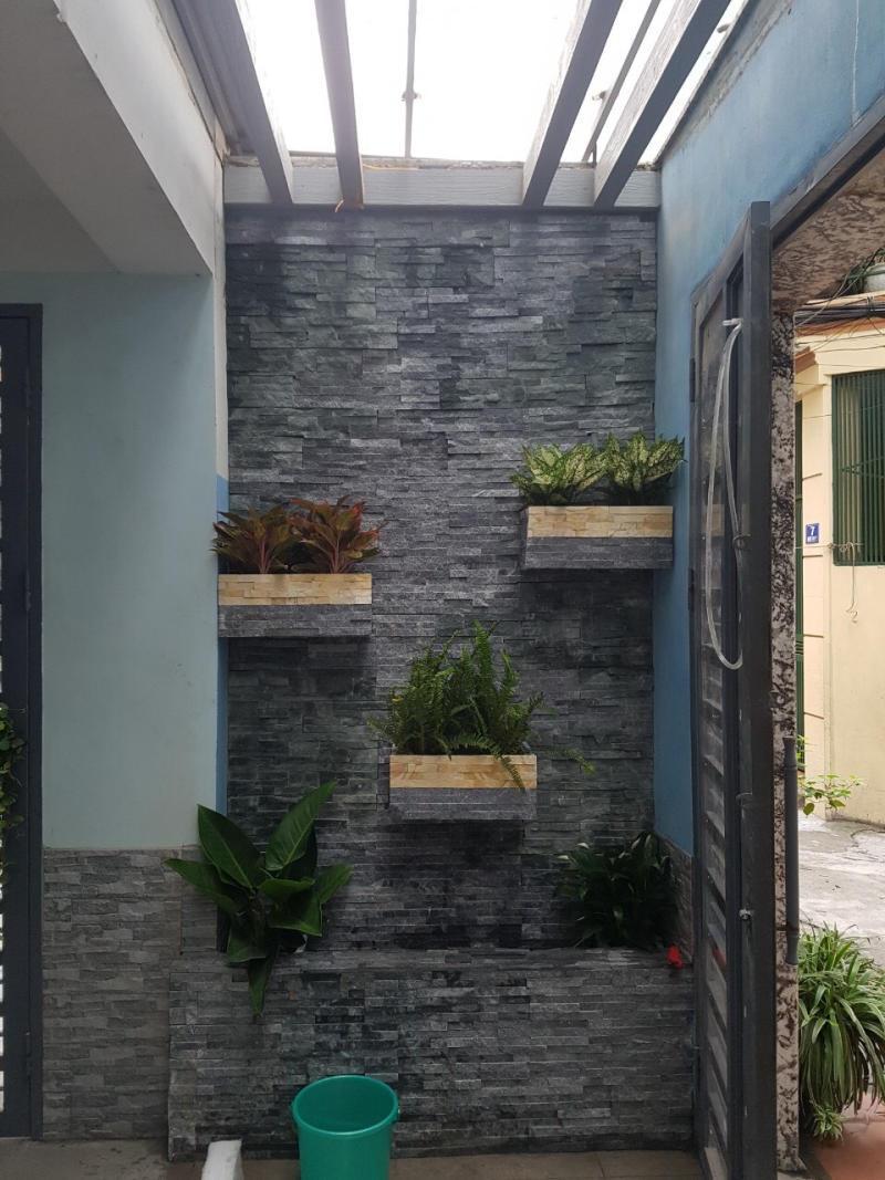 Đá đen ánh kim ghép vỉ trang trí khu vực tường lối vào nhà.