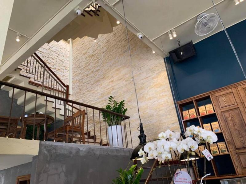 Đá ghép vàng trang trí khu vực cầu thang, giếng trời trong nhà.