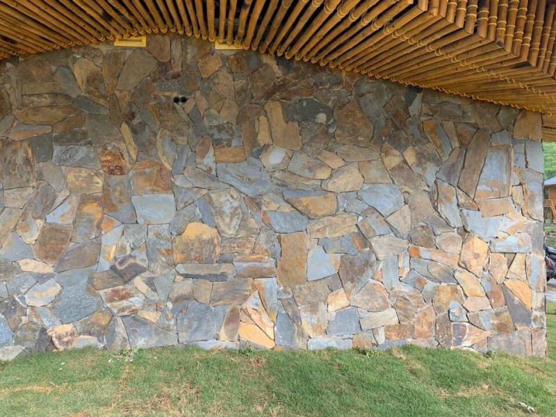 Đá rối đa sắc màu ốp tường xung quanh nhà.