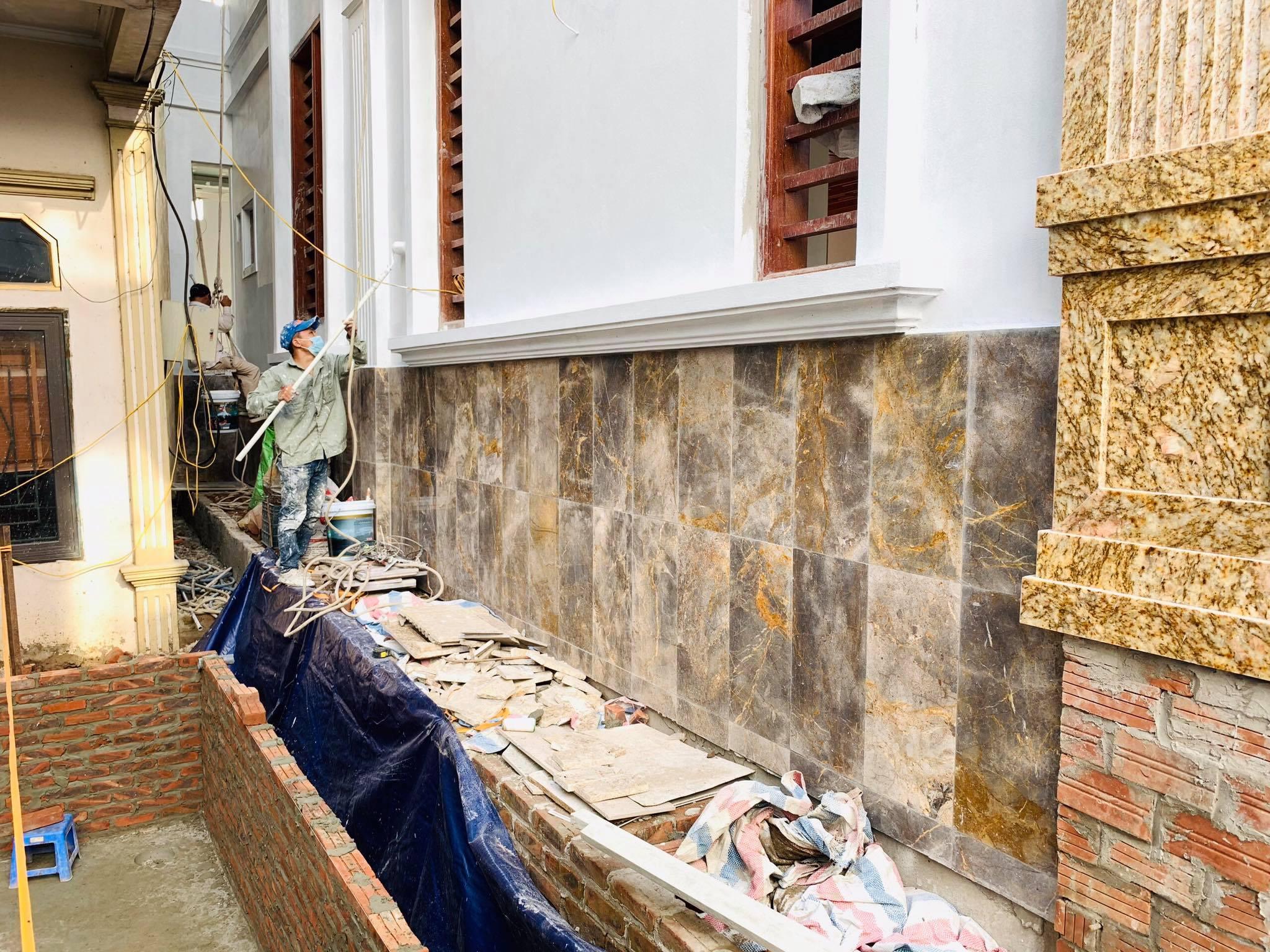 Đá marble vân vàng ốp chân tường khẳng định đẳng cấp của gia chủ.