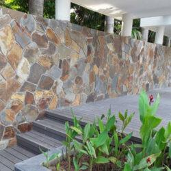 Đá rối ốp tường đa sắc khiến không gian sân vườn trở nên gần gũi, ấm cúng.